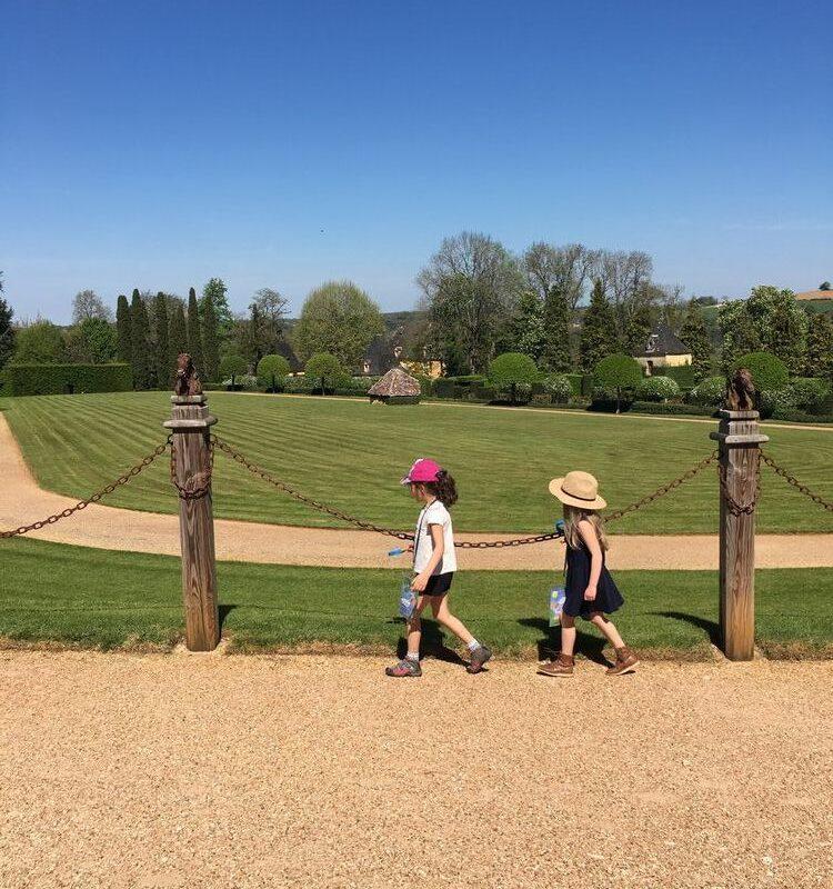 Enfants faisant les parcours-jeux des Jardins d'Eyrignac
