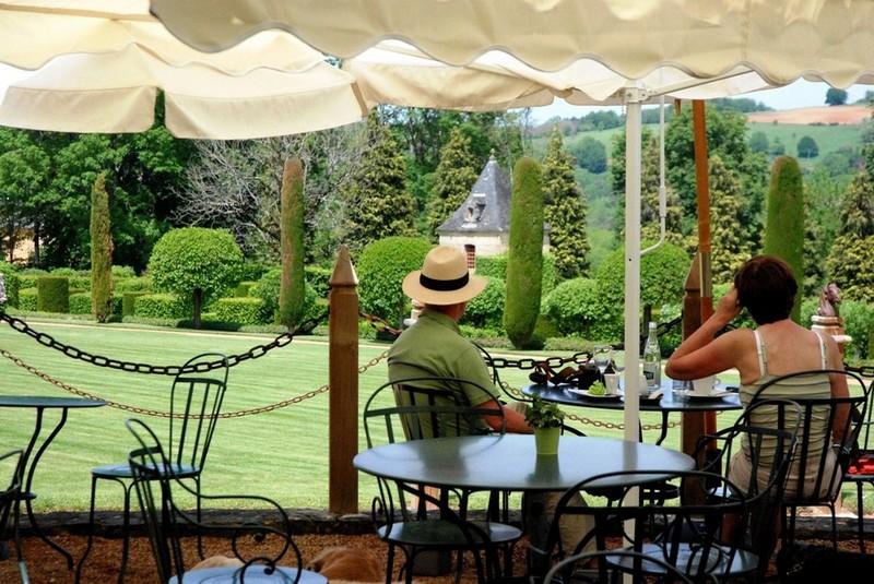 La terrasse du restaurant à Eyrignac